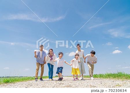 三世代家族、青空、走る 70230634