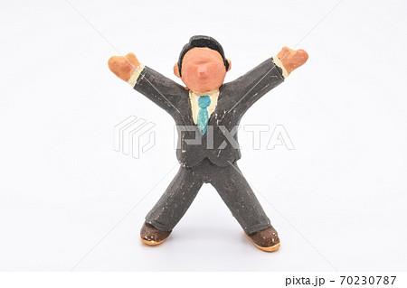 白背景に粘土で作られたミニチュアの男性。両手を上げて歓喜している。 70230787