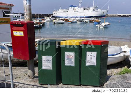 カラフルな分別用ごみ箱とカプリ港 70231182