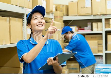 倉庫で働く若い女性  70233868