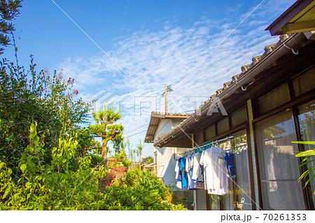 古民家の軒下に干された洗濯物 青空と古民家の洗濯物 70261353