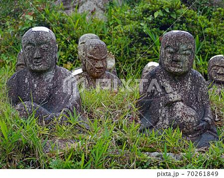 三重県菰野町竹成で大切に保存される大日堂の五百羅漢 70261849