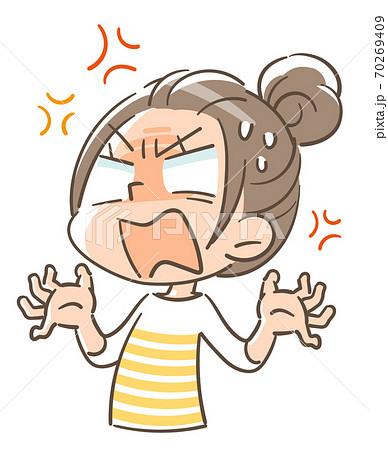 怒りを抑えられず叫ぶ女の子 70269409
