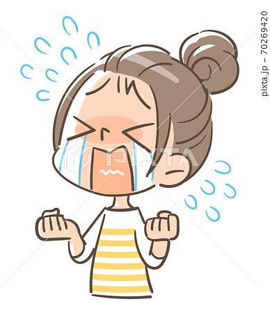 大泣きする女の子 70269420