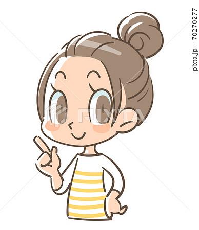 指を指すポーズを取る笑顔の女の子 70270277