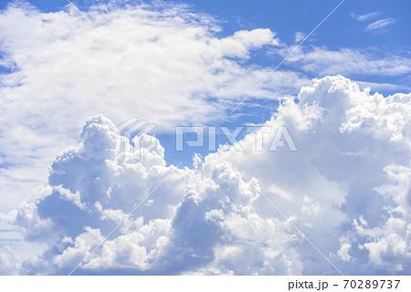 青空と雲の背景素材 70289737