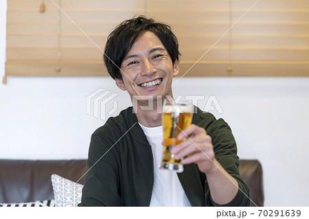 ビアグラスを持った男性 オンライン飲み会イメージ 70291639