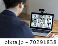 オンラインミーティングをする男性の後ろ姿 イメージ 70291838