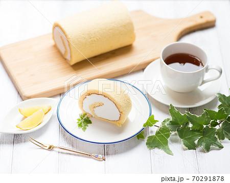 生クリームたっぷりのロールケーキ 70291878