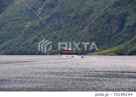 ノルウェー フロム~グドヴァンゲン間のソグネフィヨルド・クルーズを楽しむ双胴タイプの観光船 70296294