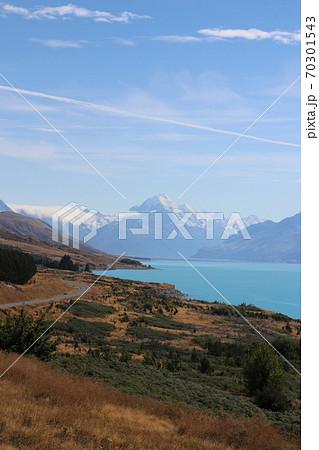 ミルキーブルーの湖とマウントクック(ニュージーランド) 70301543