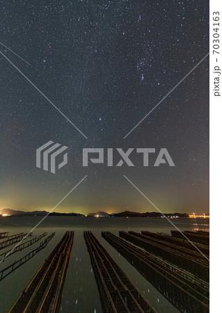 星景写真 瀬戸内の夜明けの空に輝くオリオン座 70304163