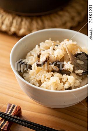 茶碗に盛り付けたキノコご飯 70305051