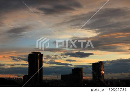 夕空とタワーマンションのシルエット 70305781