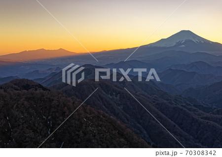 丹沢・塔ノ岳から見る残照の富士山と鍋割山稜 70308342