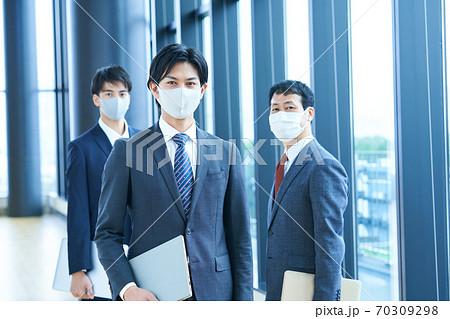 マスクをしたビジネスマン オフィスイメージ 70309298