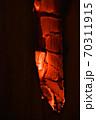 焚き火の焼き目 70311915