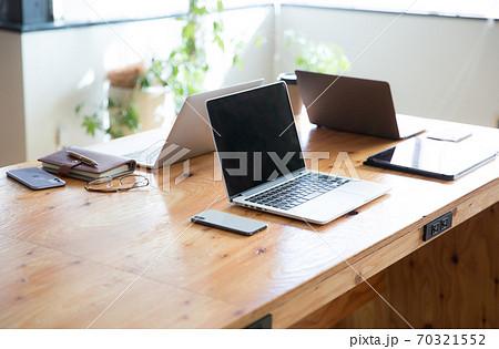 デスクの上のパソコン 70321552