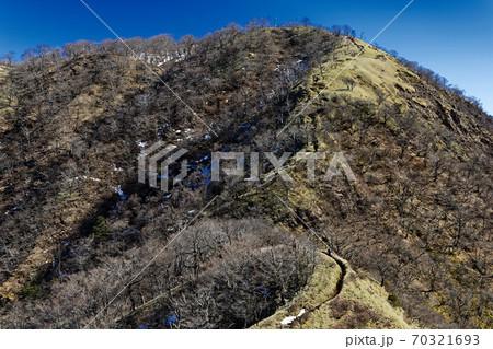 不動ノ峰から見る丹沢山への登山道 70321693