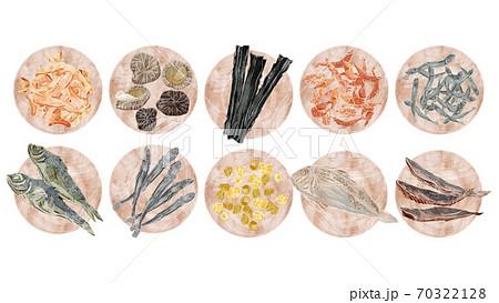 和風出汁の材料を載せた木皿のイラスト 70322128
