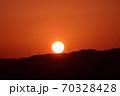 山に沈む夕日 70328428