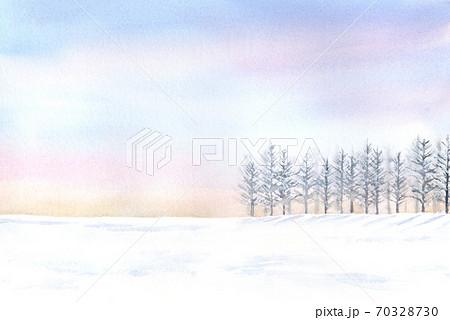 優しい色の空と雪が積もった景色 水彩画 70328730