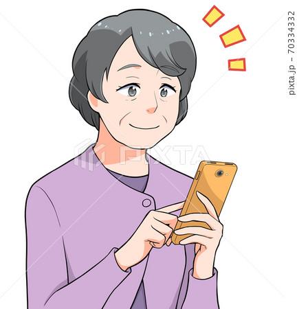 スマホを操作する笑顔の中高年の女性 70334332