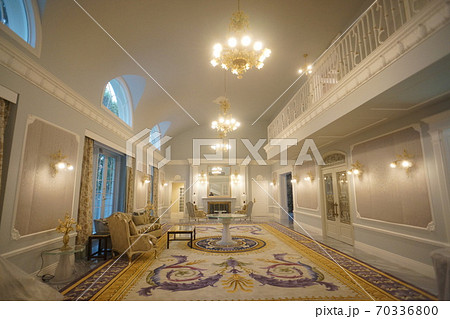 豪邸のリビングルーム 70336800