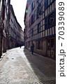 早朝の静かなヨーロッパの裏通り 70339089