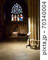 大聖堂の中で光るステンドグラス 70340004