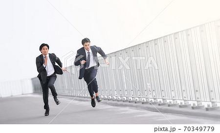 全力で走る2人のビジネスマン 70349779