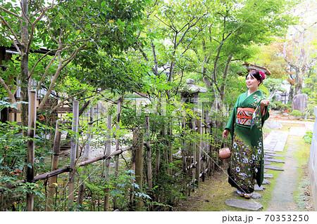 成人振袖ロケ撮影、緑の着物の日本人女性 70353250