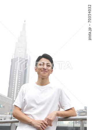 笑顔で見る若い男性ライフスタイルイメージ 70354032