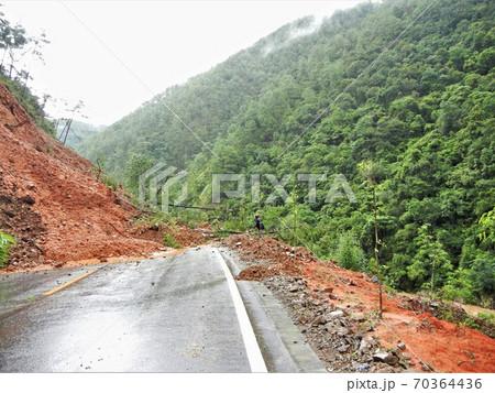 中国雲南省名物の地滑り・山崩れの現場で命拾い 70364436