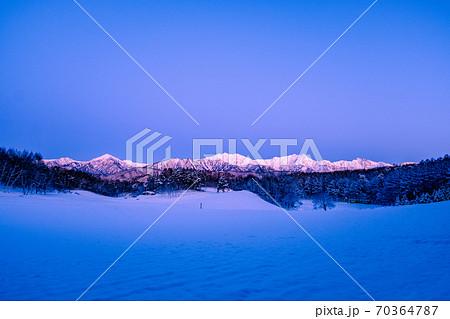 明け方の北アルプス・後立山連峰 (中山高原・冬) 70364787