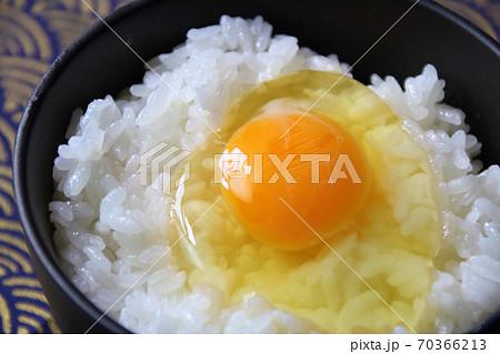 炊き立てご飯に生卵(卵かけご飯) 70366213