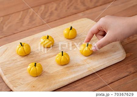 おうちでお菓子作り ハロウィンかぼちゃクッキー作る工程 70367629