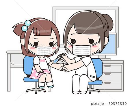 女性医師と予防注射を受ける女の子 マスク着用 70375350