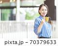 マグカップを持つ女性 70379633