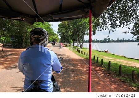 カンボジアの道路を走るバイクタクシー 70382721