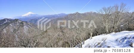 厳冬期の丹沢山地 鍋割山からのパノラマ写真 70385128