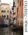 イタリア・ヴェネツィア路地裏水路 70387915