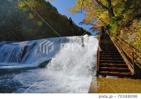 滑津大滝の激しい流れを間近で見られる階段と大量の水しぶき 70388096