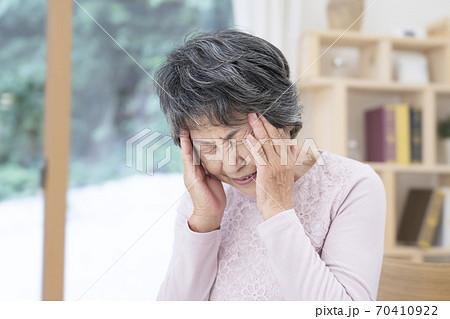 頭痛が辛いシニア女性 70410922