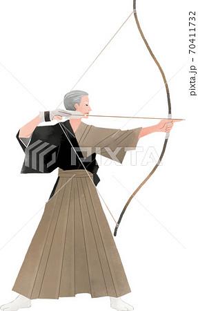 弓をひいている初老の男性 弓道 70411732