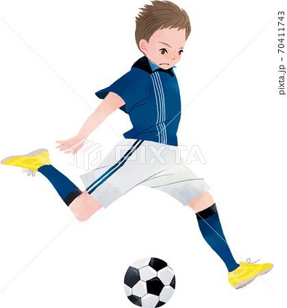 サッカー シュートする男の子 70411743