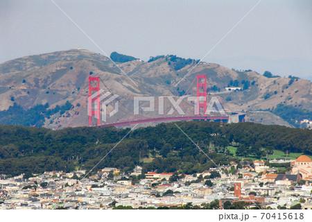 ツインピーク展望台からサンフランシスコ湾に架かるゴールデンゲートブリッジを遠望 70415618