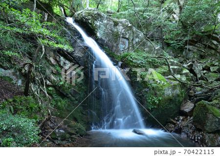 古屋不動滝の上段の滝と不動明王の彫刻 岡山県真庭市 70422115