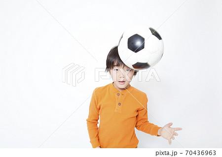 サッカーをする男の子 70436963