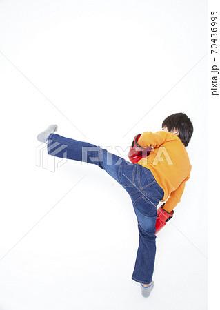 キックをする男の子 70436995